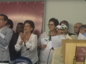 Anistiados políticos (recipients of political amnesty) with certificates and red roses